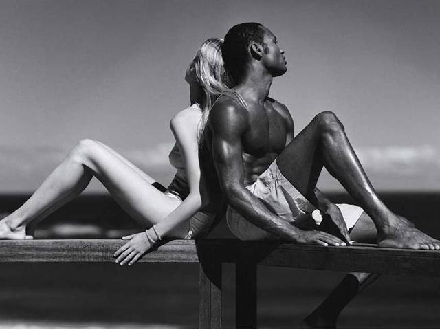 Обои Люди Мужчины Негр белая девушка и черны парень облокотились спинами.