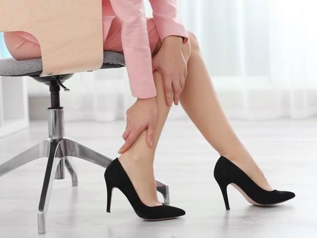 Žilní poradna: Trápí vás v létě oteklé nohy, ať již při cestování nebo po práci?