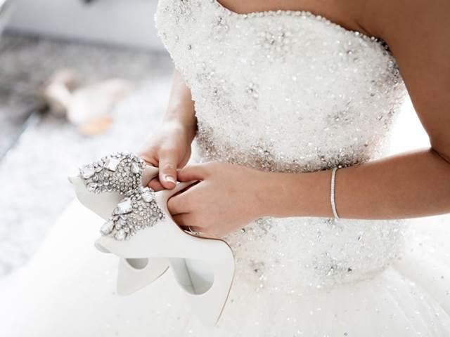 8b148a6e9996 Svatební šaty za 2 tisíce  Kupte si třeba troje! -